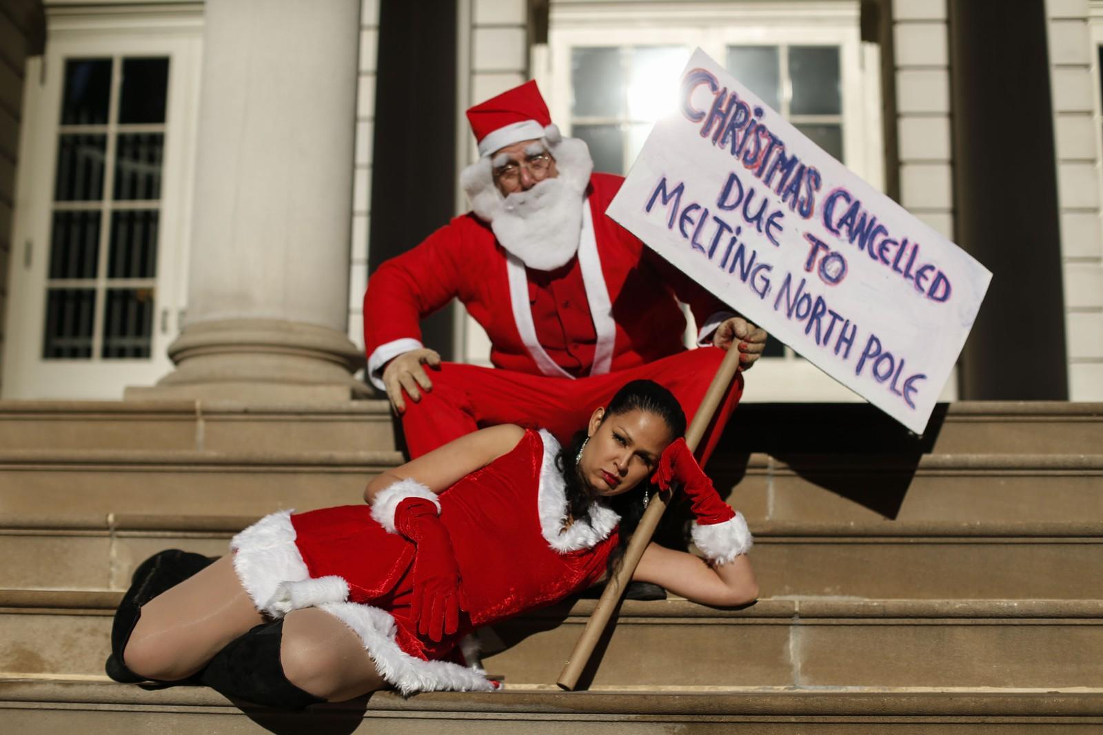 Utkledd i sesongtidsriktige kostymer deltok disse to i en demonstrasjon i New York forut for klimatoppmøtet i Paris.