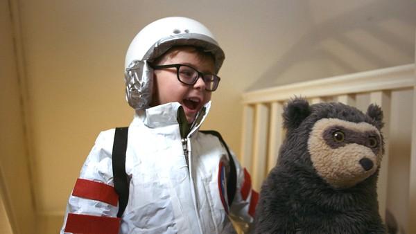 Julian må  opp på loftet for å finne månesteinen han har glemt der, men det er mørkt på loftet og det synes han er skummelt.Norsk dramaserie.