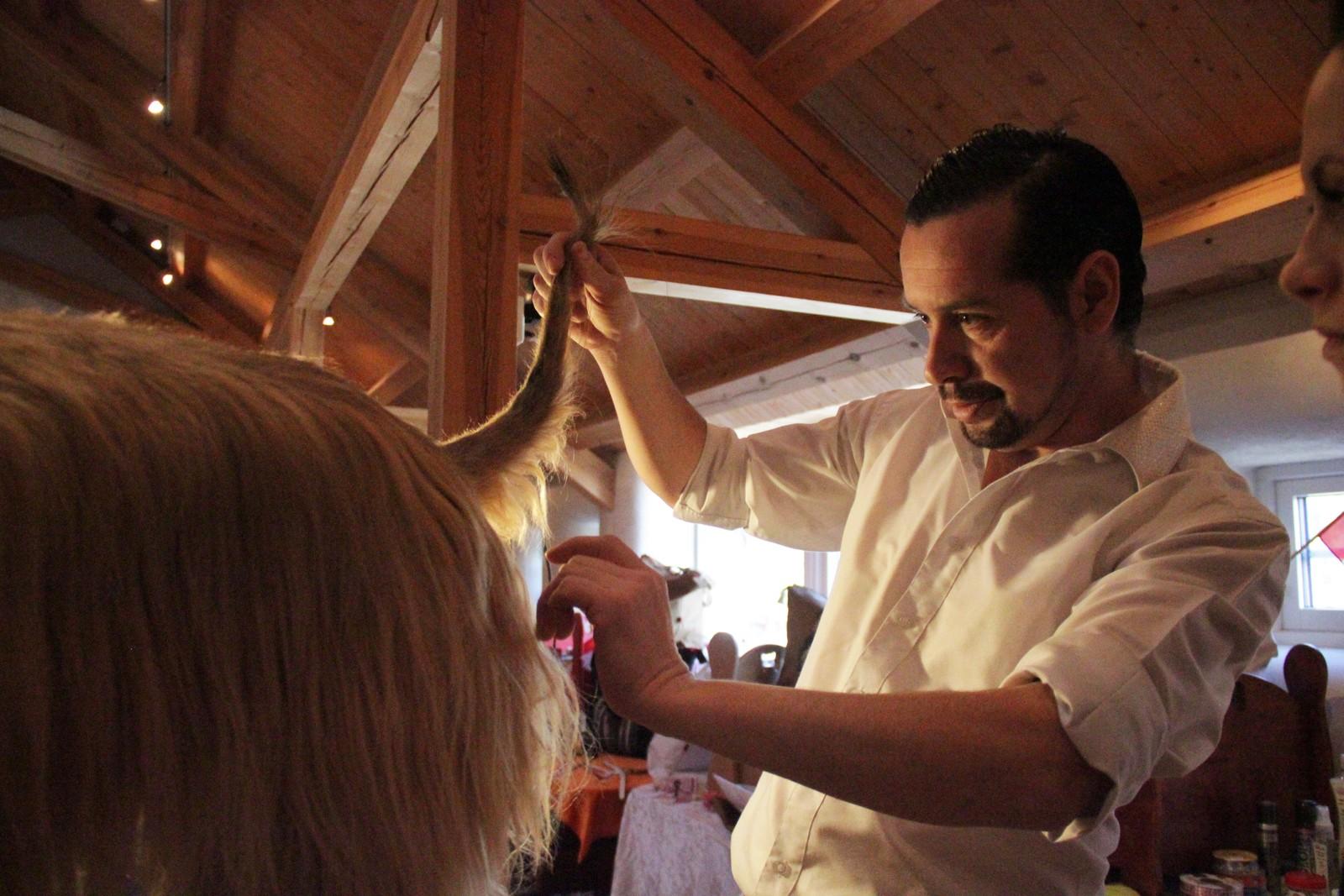 Lærer og instruktør Alexis Concha sjekker om nappingen av halen til en Afghansk Mynde er gjort riktig.