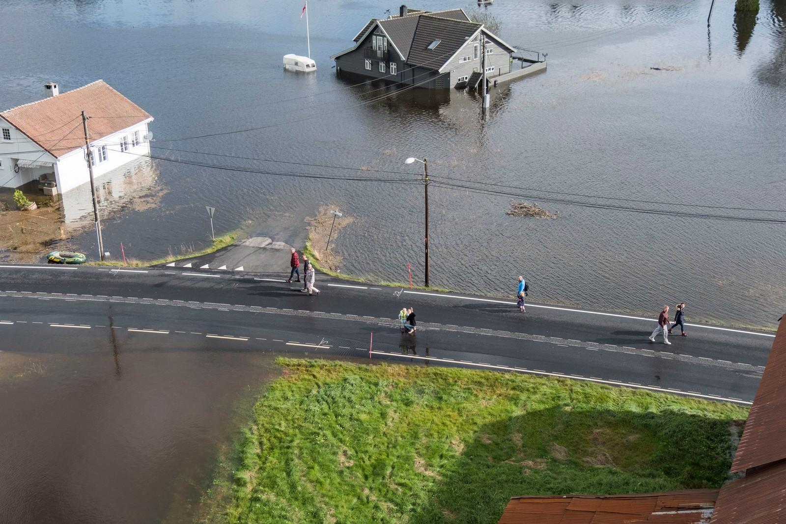 KRISTIANSAND: Topdalselva har gått over sine bredder og vannet står høyt ved Drangsholt mellom Kristiansand og Birkeland.