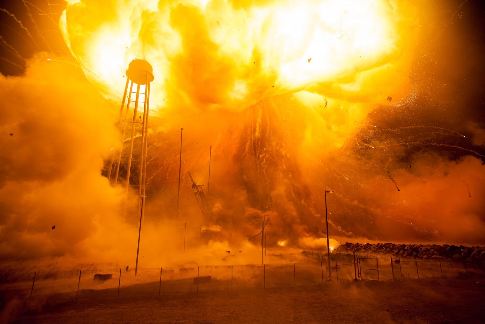 Antaresraketten treffer bakken 22 sekunder etter start. Den første av en hurtig serie eksplosjoner kommer.