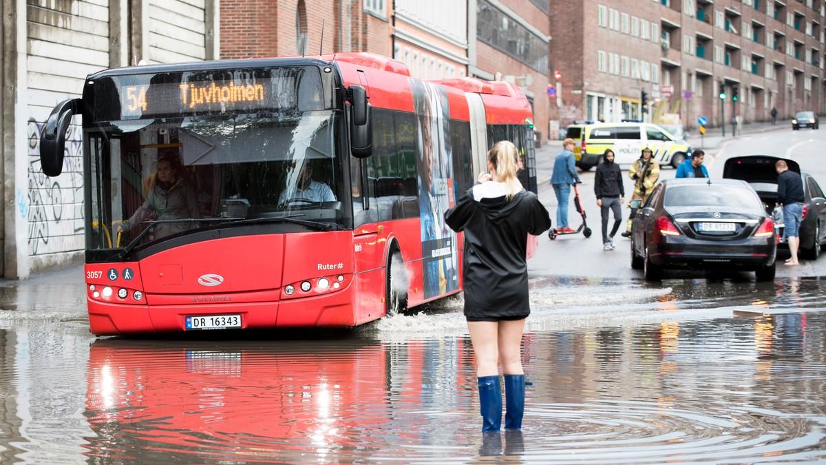HEFTIG: Forrige uke kom det veldig mye nedbør på kort tid flere steder på Østlandet. Selv om det ikke er varslet ekstremvær i nærmeste framtid, lar det fine sommerværet vente på seg.