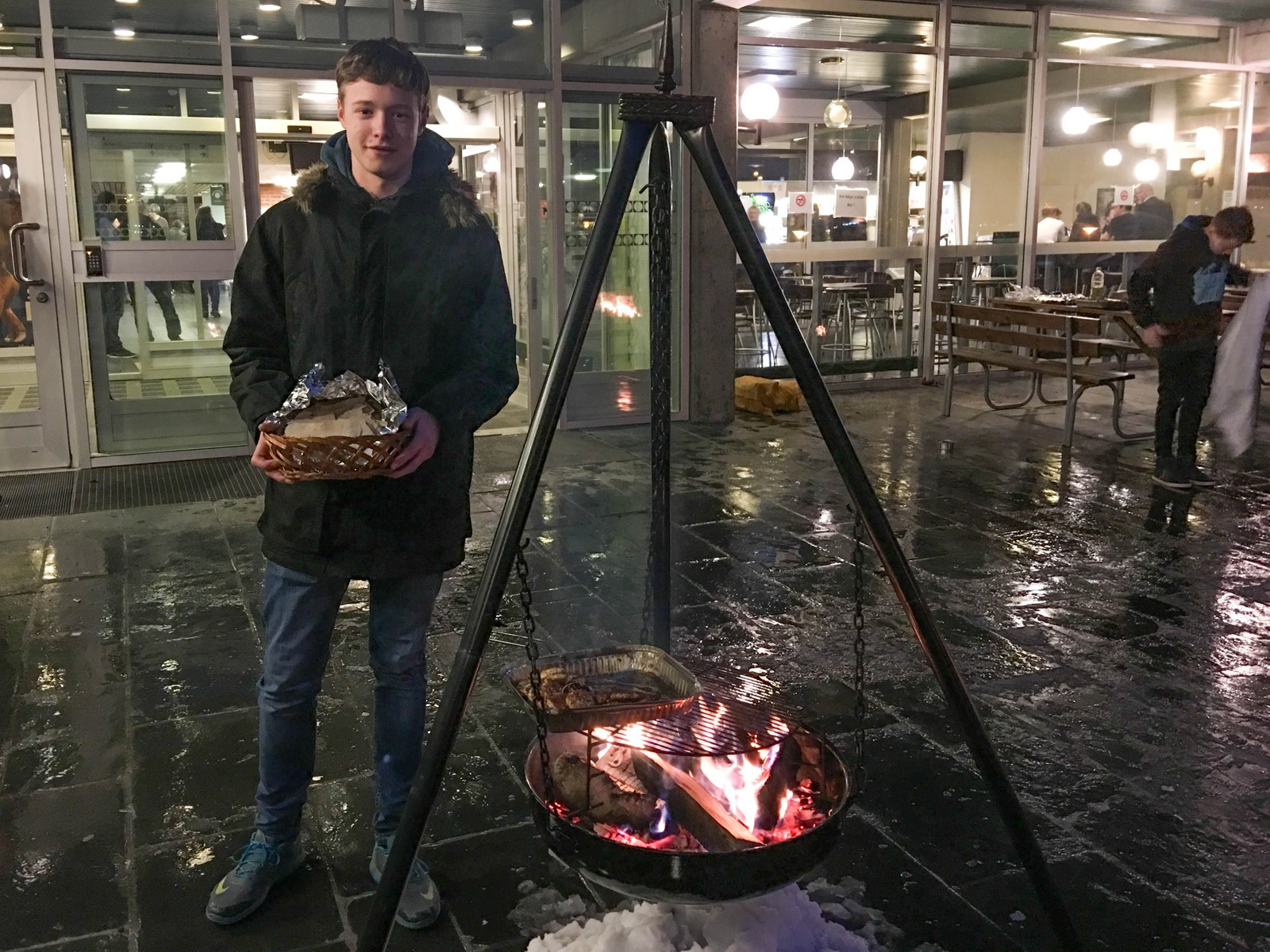 LAKSEBURGER PÅ VEG INN: Isak Borlaug Eide serverer heimelaga flatbrød med lakseburger og aioli ved inngangen.