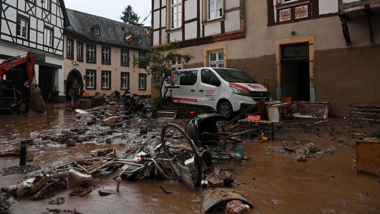 Ødelagte sykler og annet skrot ligger i gatene i Ahrweiler-Bad Neuenahr.