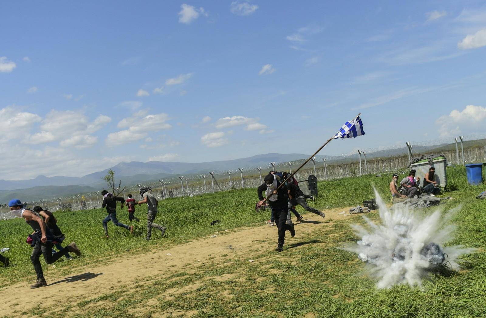 TÅREGASS: Sammenstøt mellom flyktninger og migranter og makedonsk politi ved Idomeni, på grensen mellom Hellas og Makedonia. Flere skal ha blitt skadd da politiet kastet tåregass mot menneskemengden som demonstrerte for at grensen mellom de to landene må åpnes igjen.