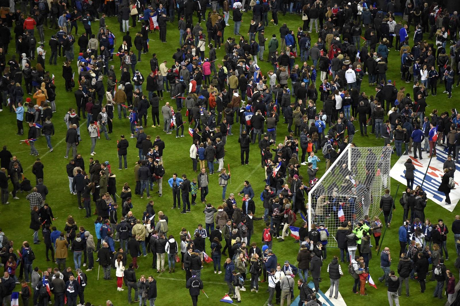 FOTBALLKAMP: Avisen Liberation melder at det skal ha vært tre eksplosjoner ved en bar nær fotballstadionet Stade de France. Her spilte Tyskland og Frankrike en vennekamp, og president François Hollande var blant tilskuerne. Senere hersket det kaos og panikk på stadion. Flere søkte tilflukt i lokaler under gressmatta.