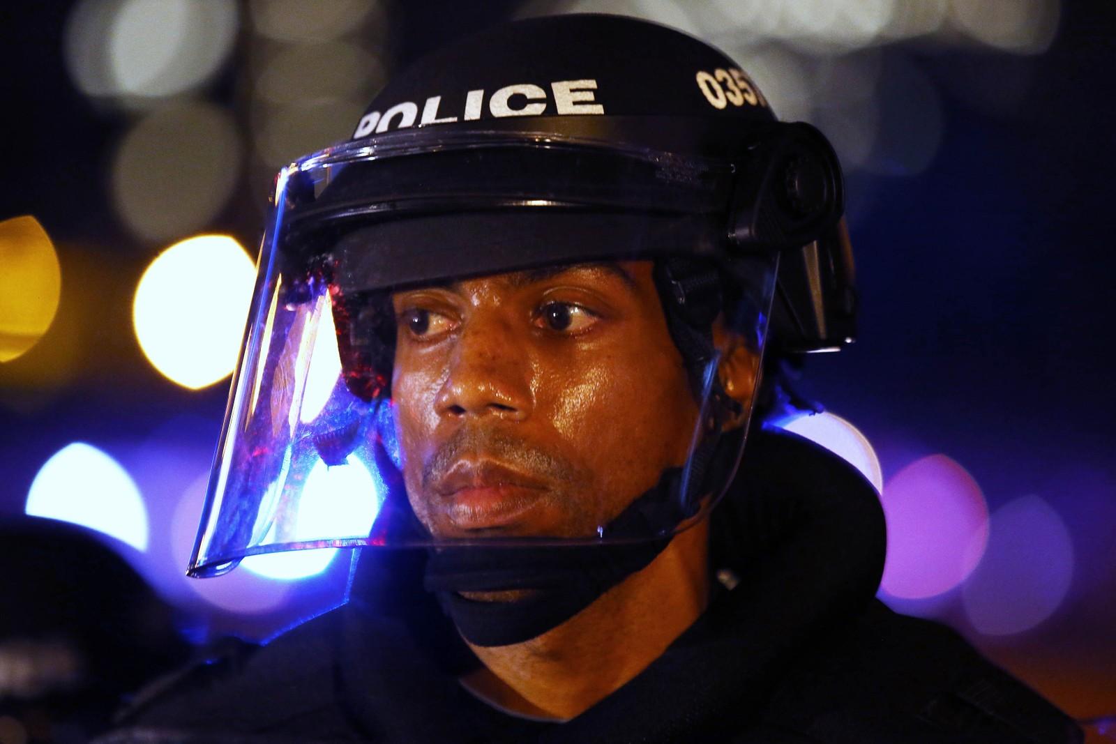 Politiet følger nøye med på demonstrantene i Charlotte.