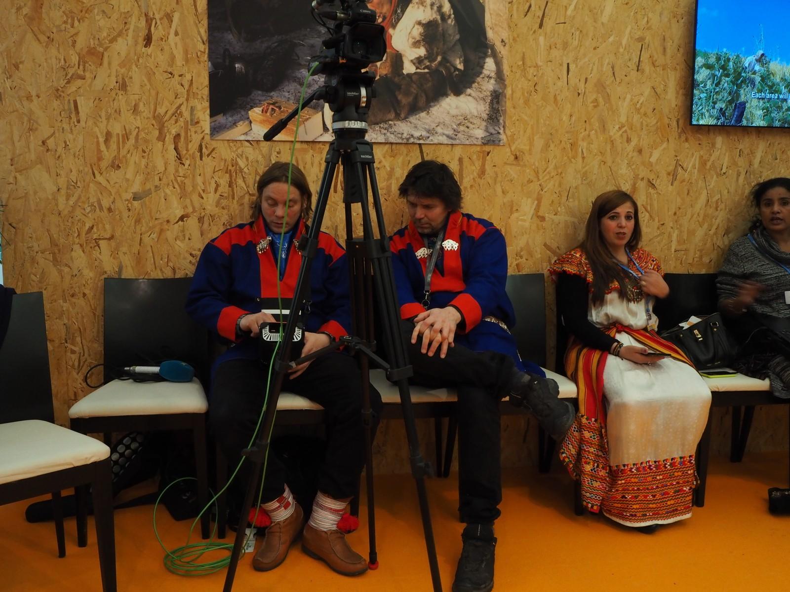 NRK Sápmis fotografer Mattis Wilhelmsen og Torgeir Varsi gjør seg klare til åpningen av urfolkspaviljongen.