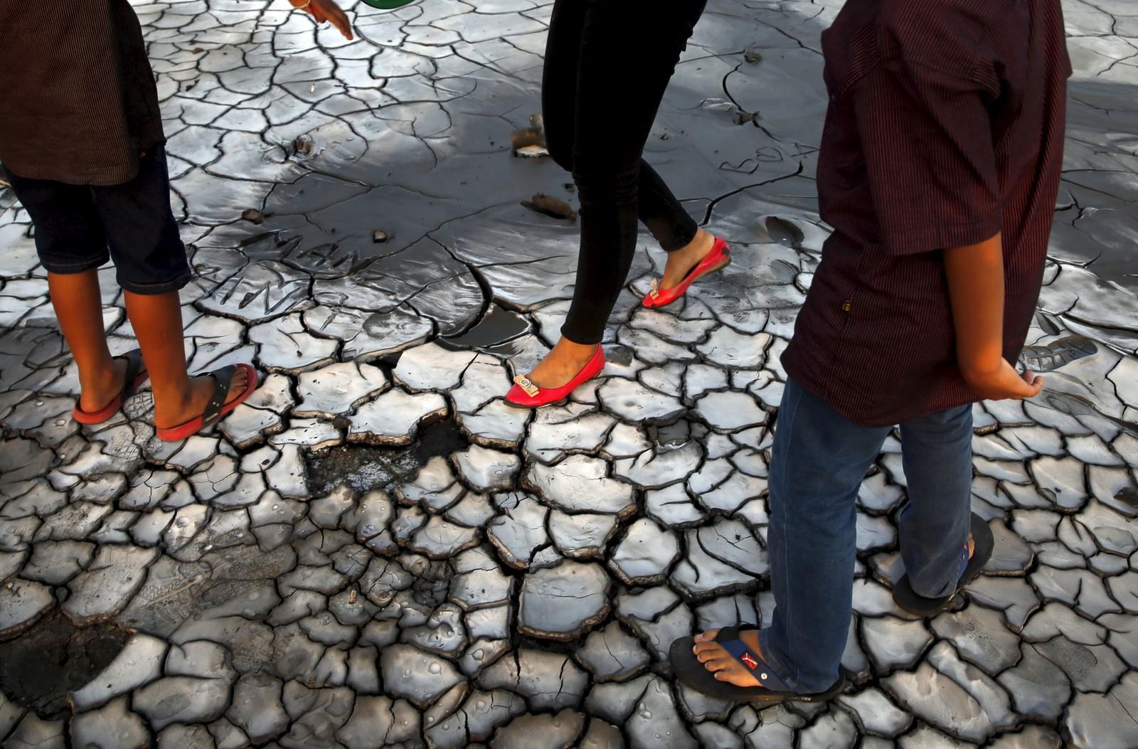 Turister går på tørka leire i Indonesia. Såkalt katastrofe-turisme har visstnok økt i omfang, og tørke-, vulkan- og jordskjelvrammede områder står da på lista.