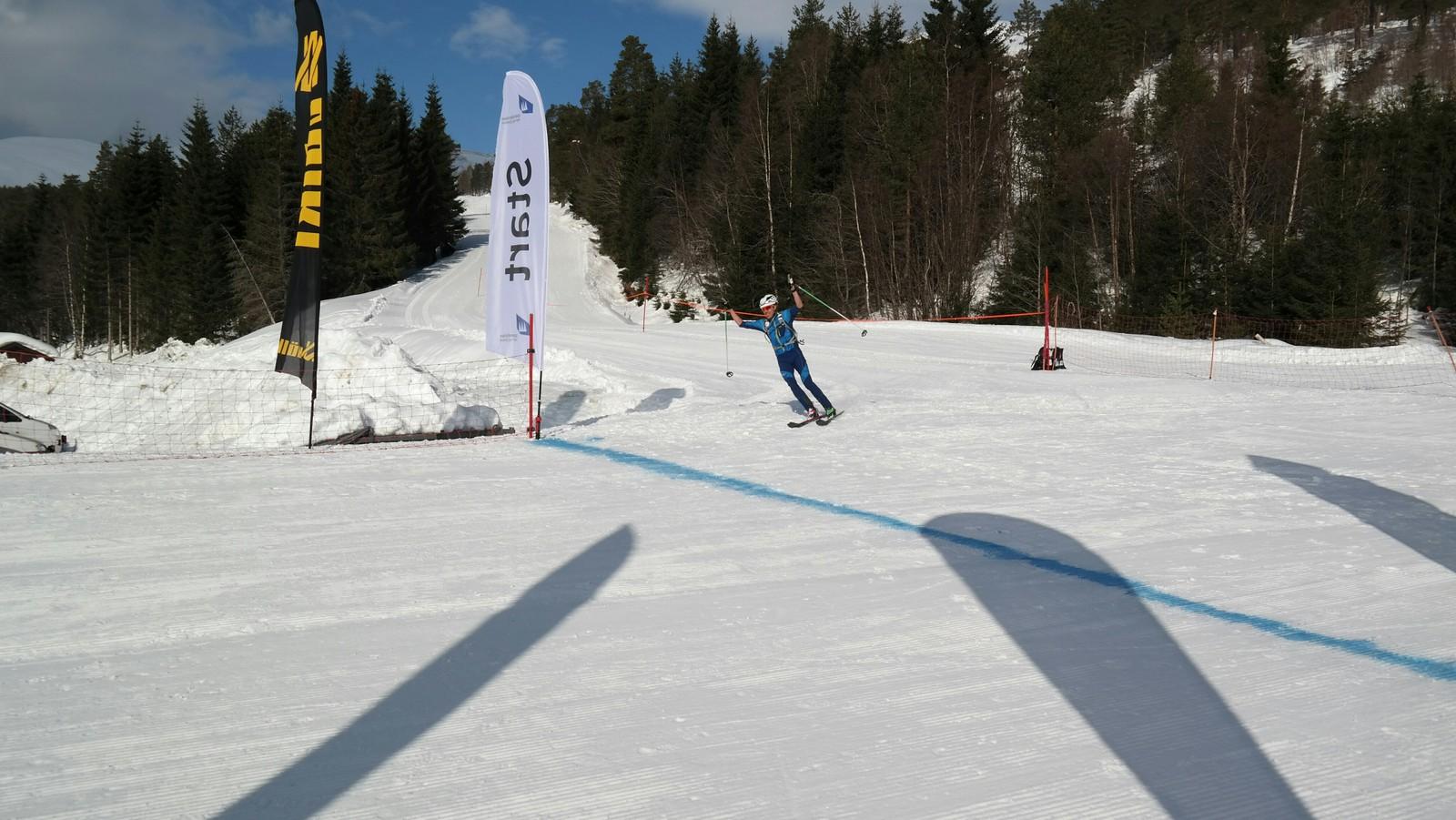 Lars Eirik Skjervheim frå Voss siglar inn over målstreken til tida 2:56:59.