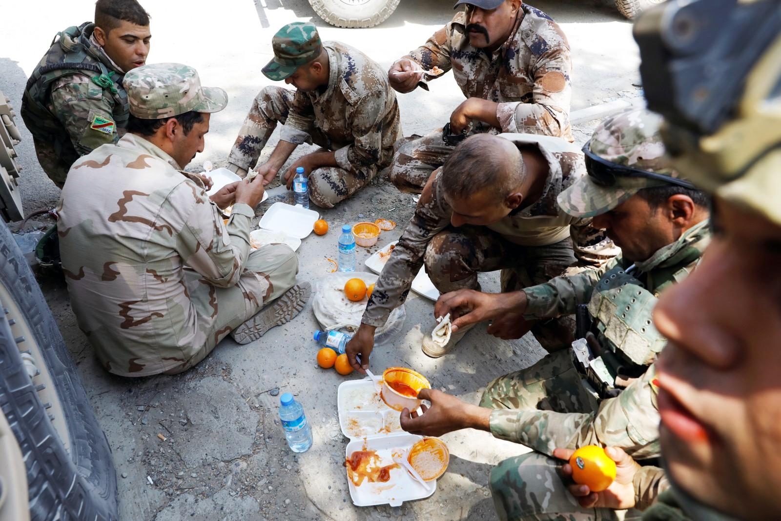 Irakiske soldater spiser.