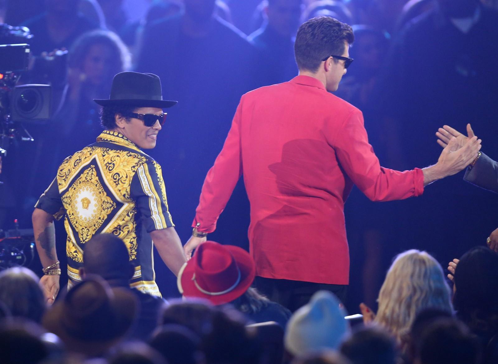 Bruno Mars (til venstre) og Mark Ronson på scenen for å ta i mot prisen for årets beste mannlige musikkvideo for «Uptown Funk».