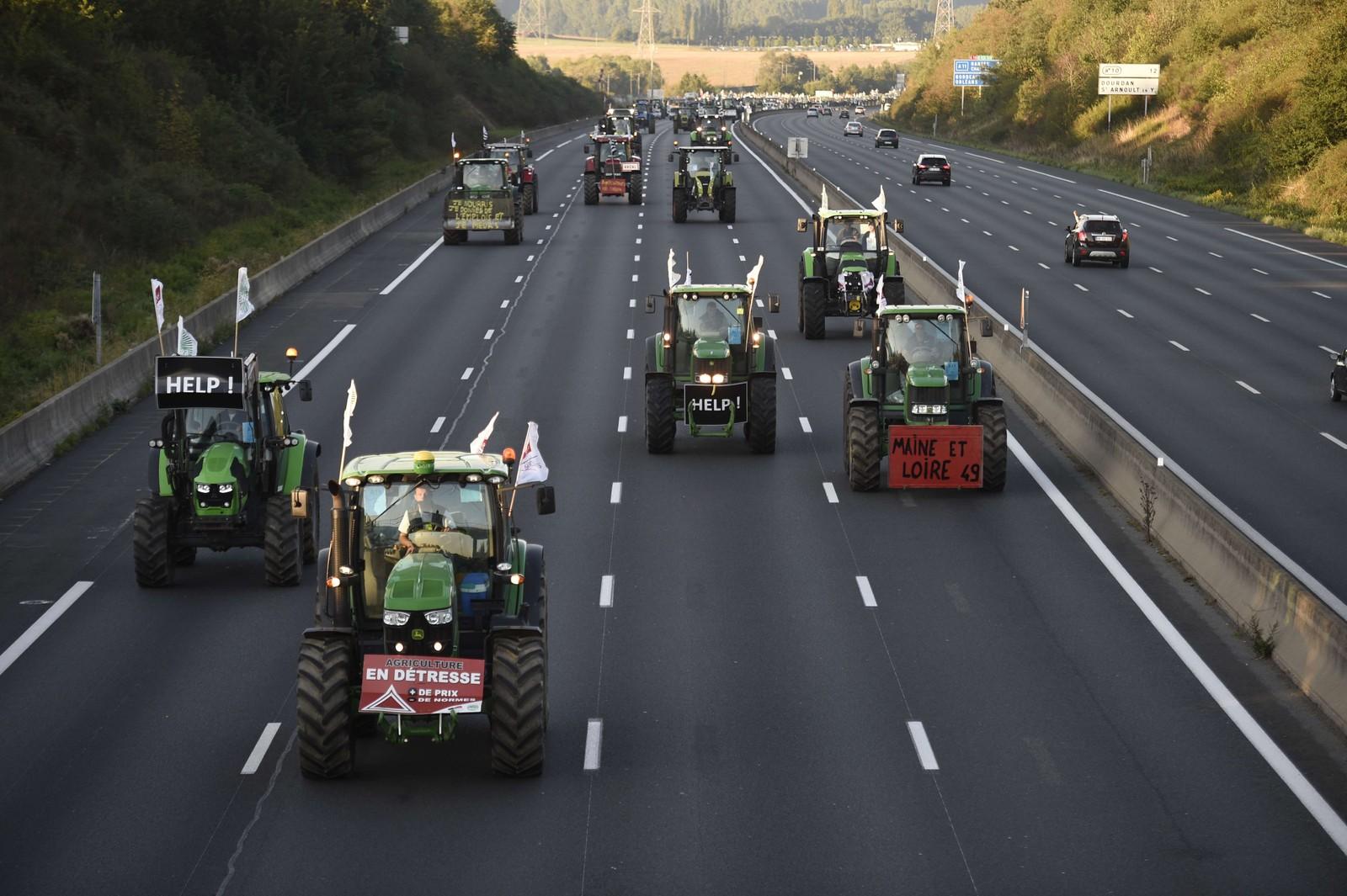 Franske bønder blokkerer motorveien A10 på vei til Paris. De protesterer mot at de fallende prisene truer levebrødet deres.