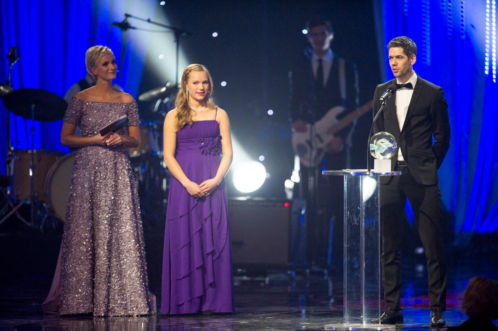 Hopplandslaget, her ved Anders Bardal, mottok prisen for «Årets teamprestasjon» fra skiskytter Juni Arnekleiv og programleder Anne Rimmen under Idrettsgallaen 2016 i Håkons Hall på Lillehammer lørdag kveld.