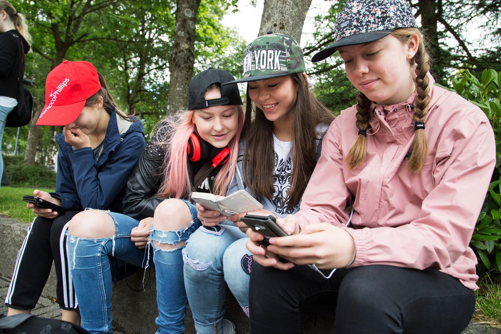 Jessica Gallimore, Malin Olufsen, Bianca Gallimore og Miriam Stensland er på Pokémon-jakt.