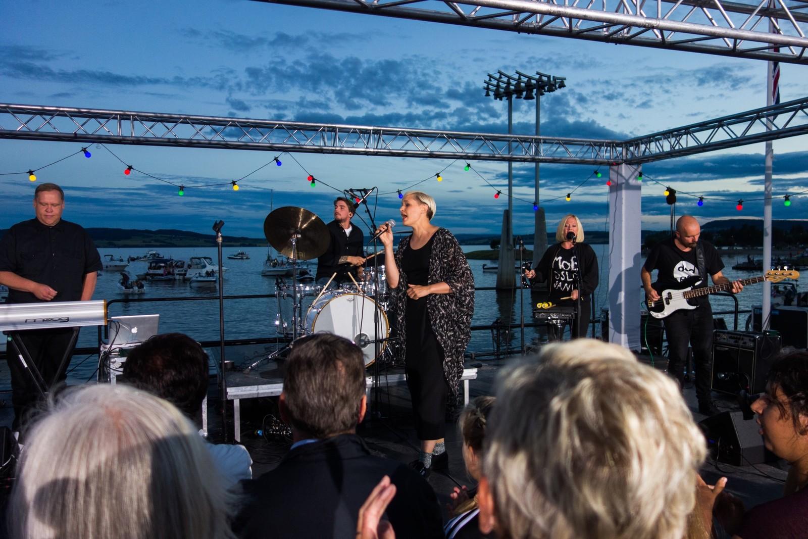 Frida Ånnevik synger på Sommeråpent.