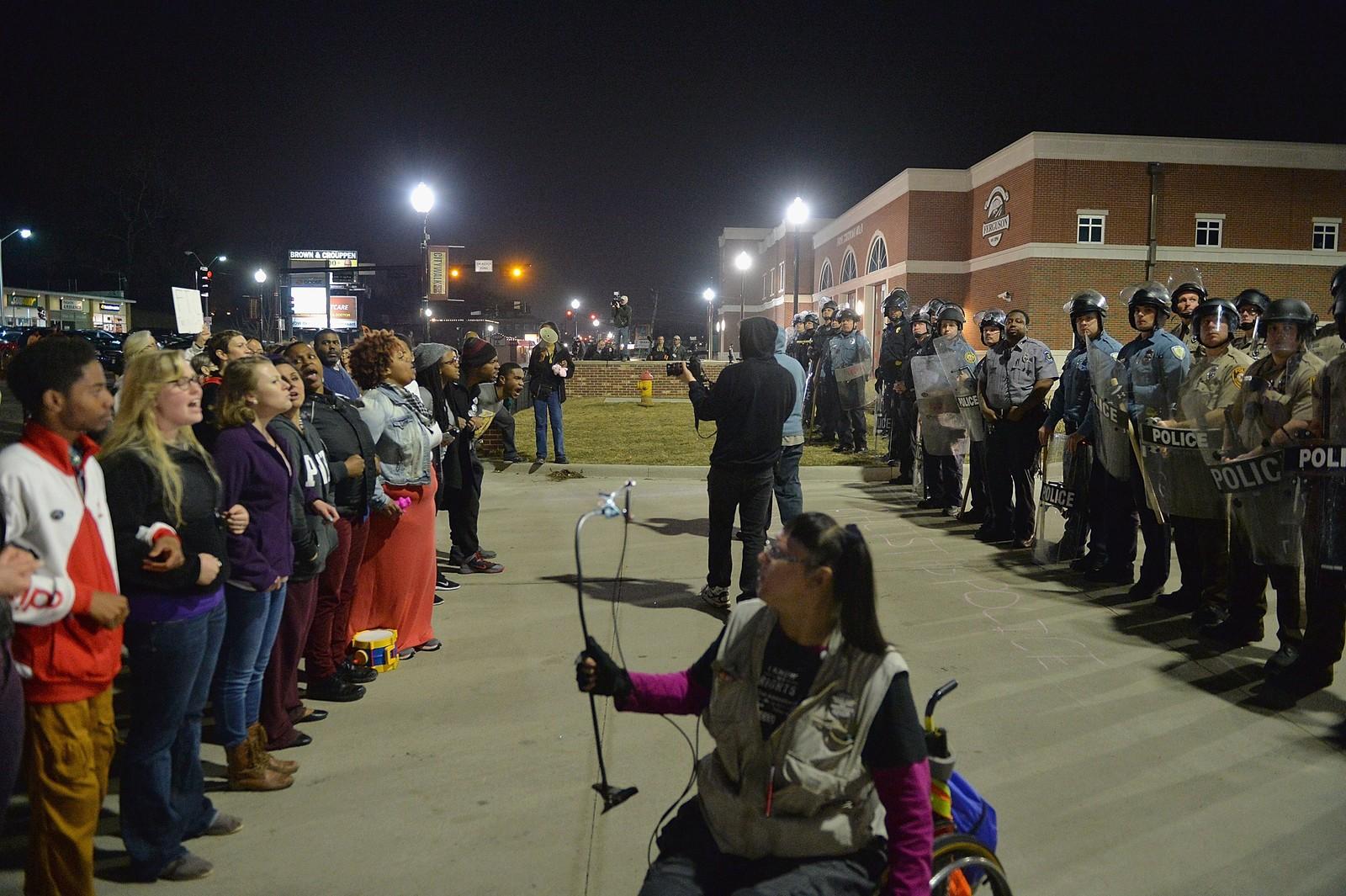 Demonstranter og politi i Ferguson før skuddene ble avfyrt.