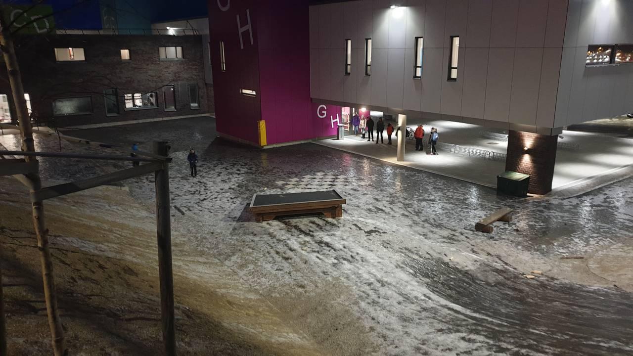 Taket på gapahuken ved Harstad skole falt ned, pga uværet Frank