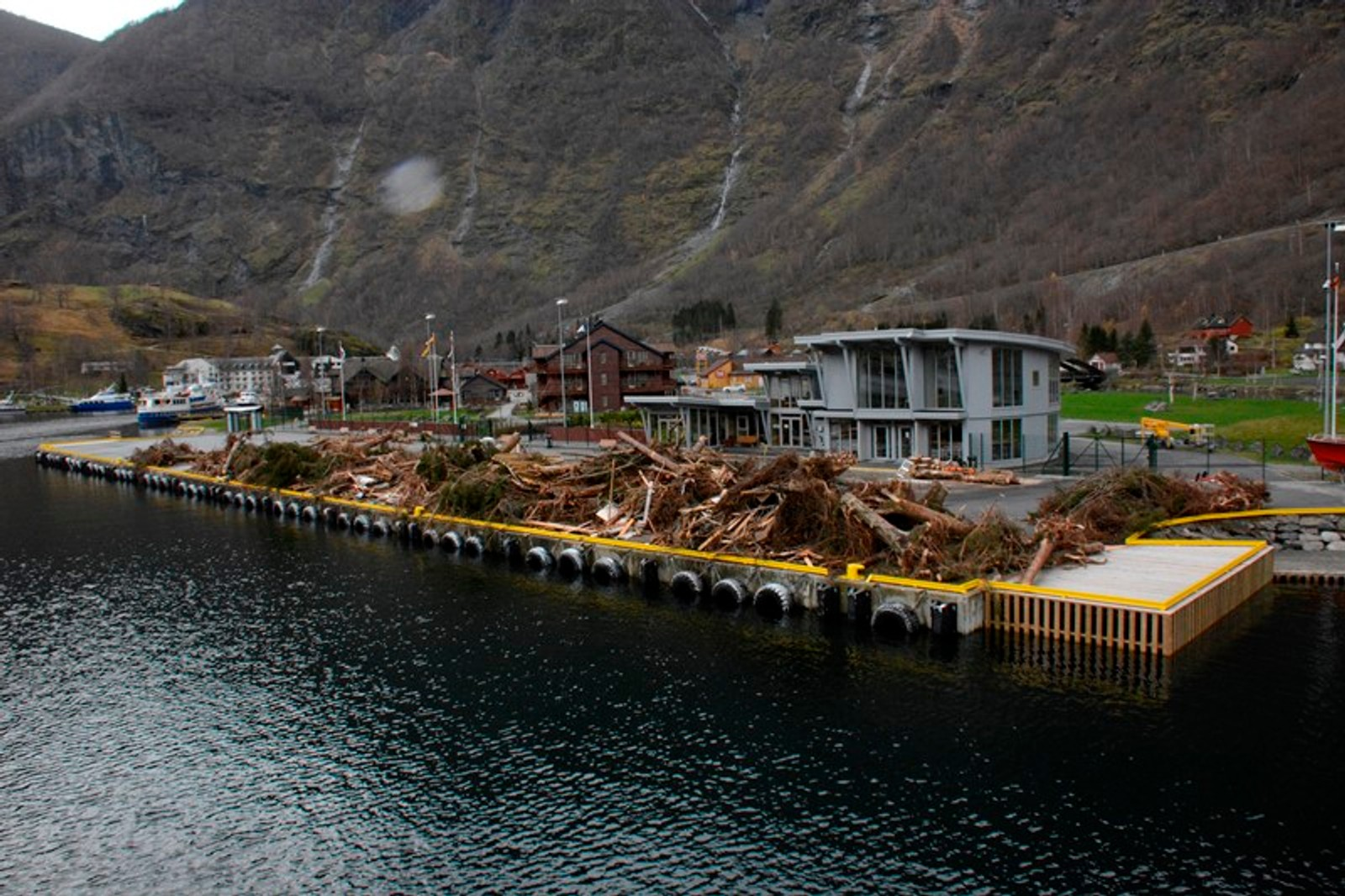 MENGDE: Alt som er plukka opp frå Aurlandsfjorden er plassert på cruisekaien i Flåm.