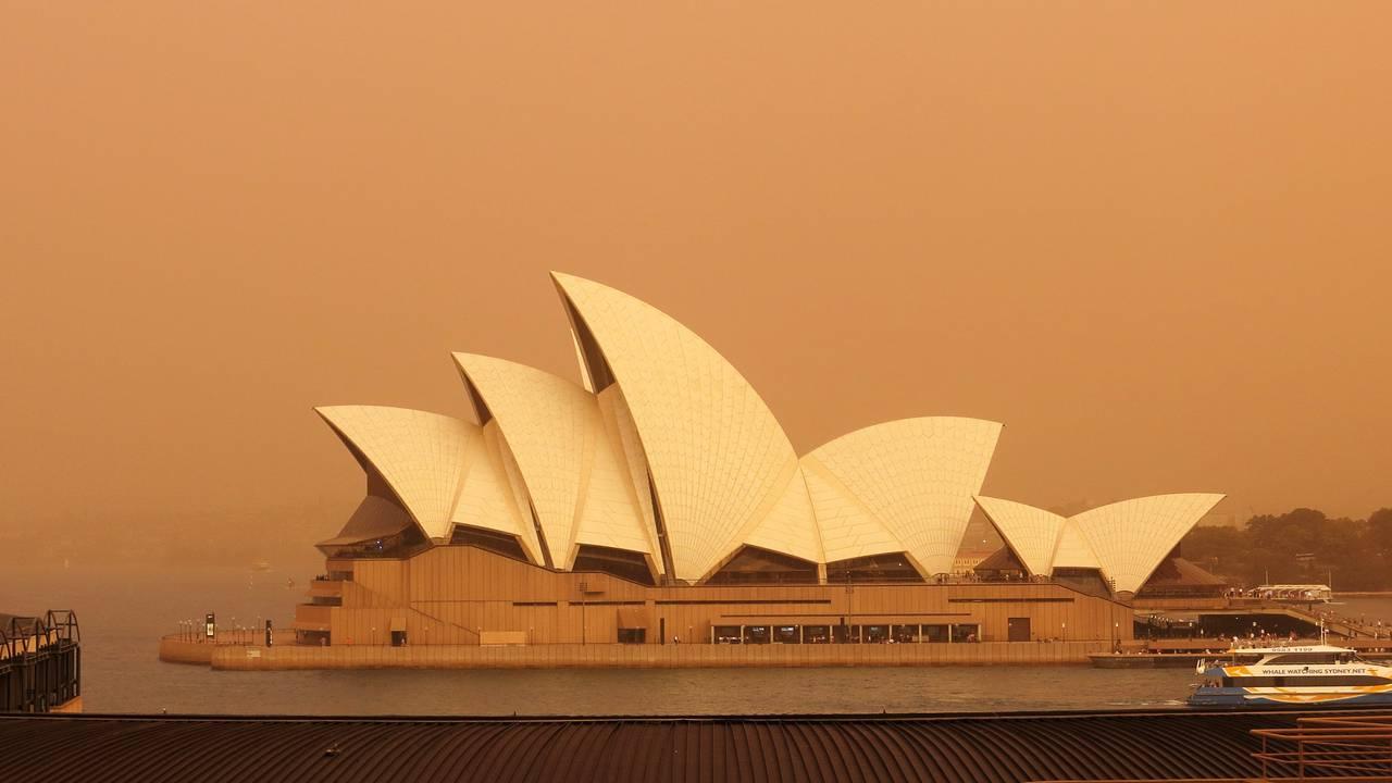 Operahuset i Sydney med bakteppe av røyk fra alle bushbrannene i nærheten av byen.