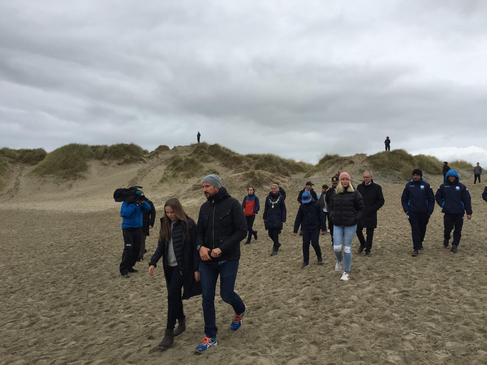 Kronprins Haakon tok med seg hele familien til åpningen av surfe-EM på Borestranden på Jæren.