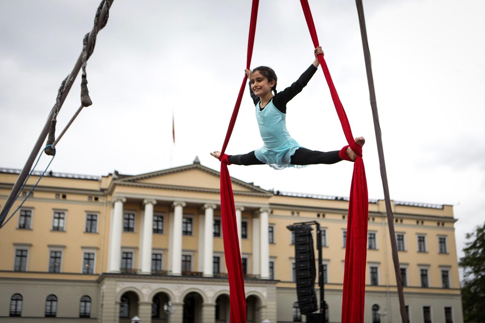 Elev ved Nysirkus Bjerke viser fram akrobatikk.
