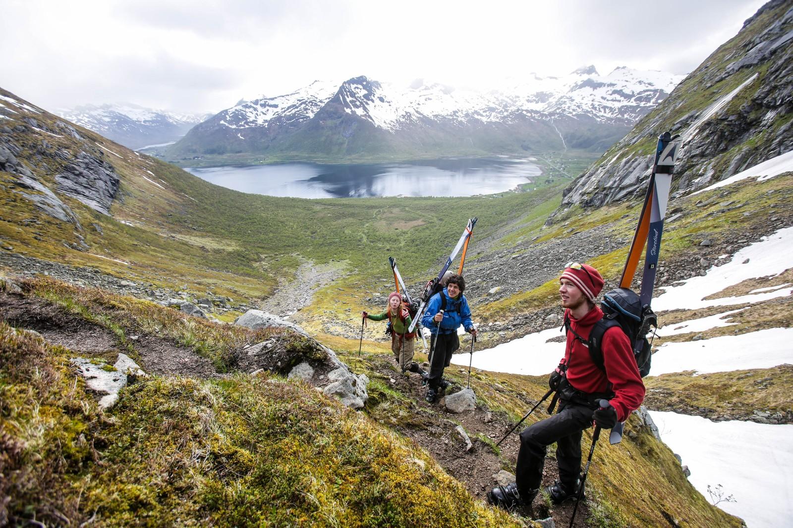 Her er Katrine, Markus og Håkon Wegge på vei opp til Geitgaljartind for å kjøre ski og snøbrett.