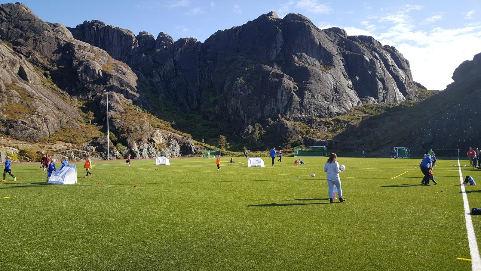FOTBALLSKULE: I løpet av dagen arrangerte Sogn og Fjordane fotballkrets fotballskule for dei unge.
