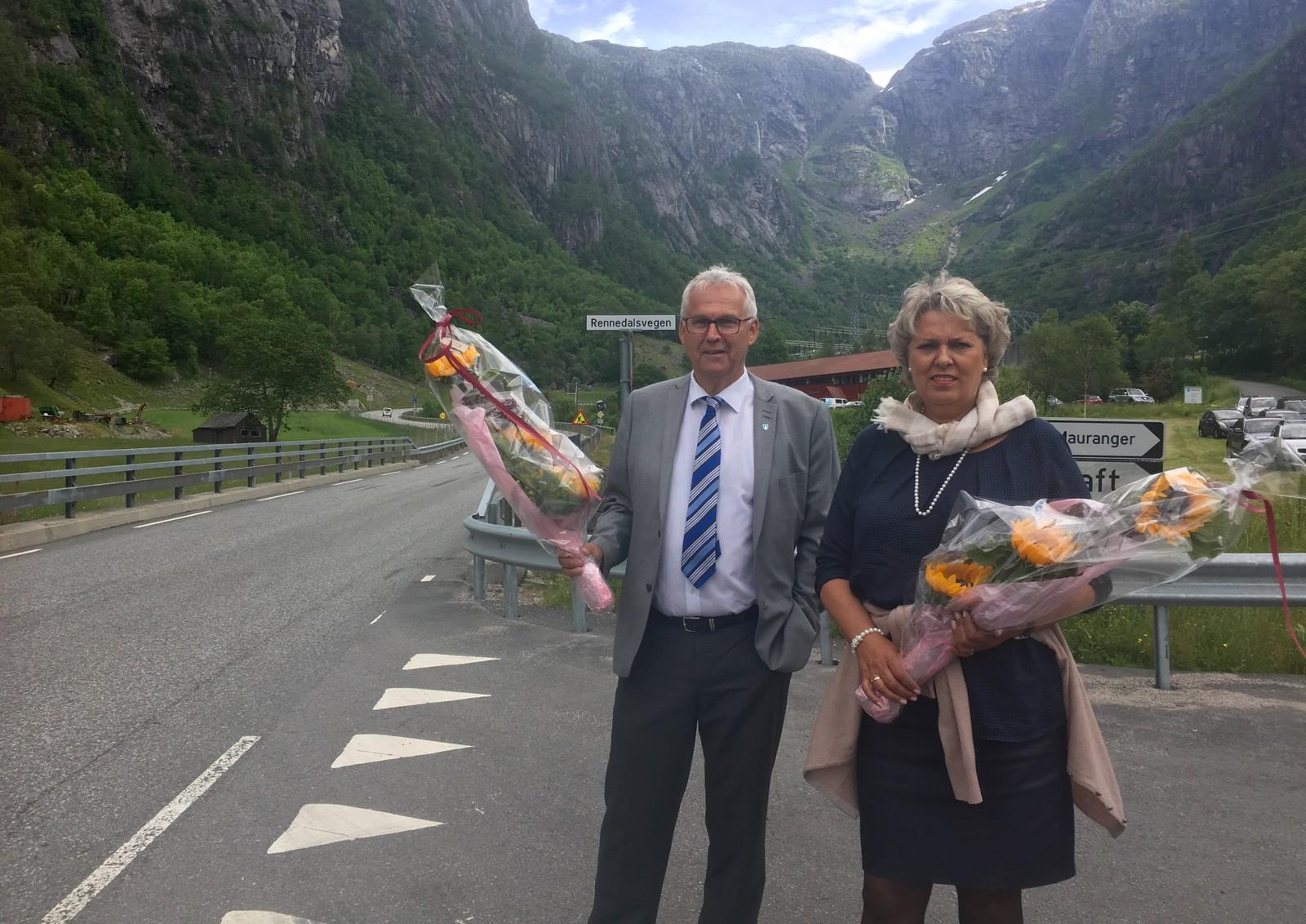John Opdal og Synnøve Solbakken i Folgefonntunnelen AS var klar for å ta imot den siste betalende og den første gratis bilisten gjennom Folgefonntunnelen.