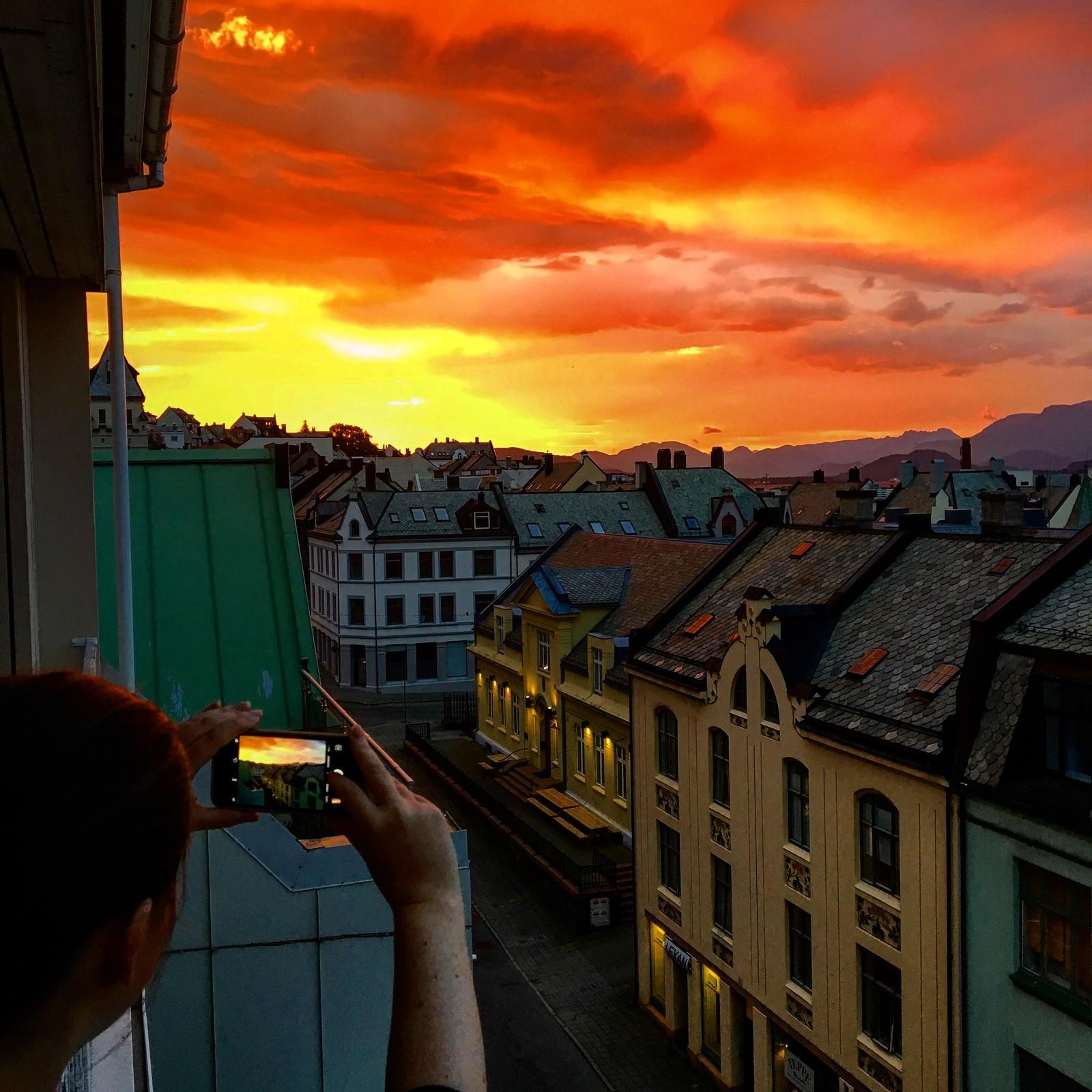 Slik såg himmelen ut sett frå verandaen til NRK Møre og Romsdal torsdag morgon.