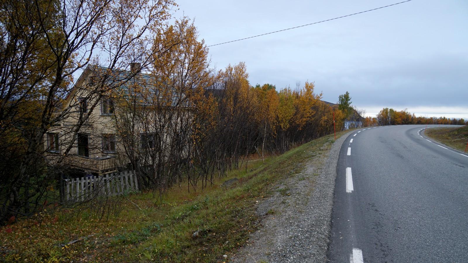 I veikanten ved Russenes i Olderfjord ligger det forlatte gjenreisningshuset som nå kan ende på Norsk Folkemuseum.
