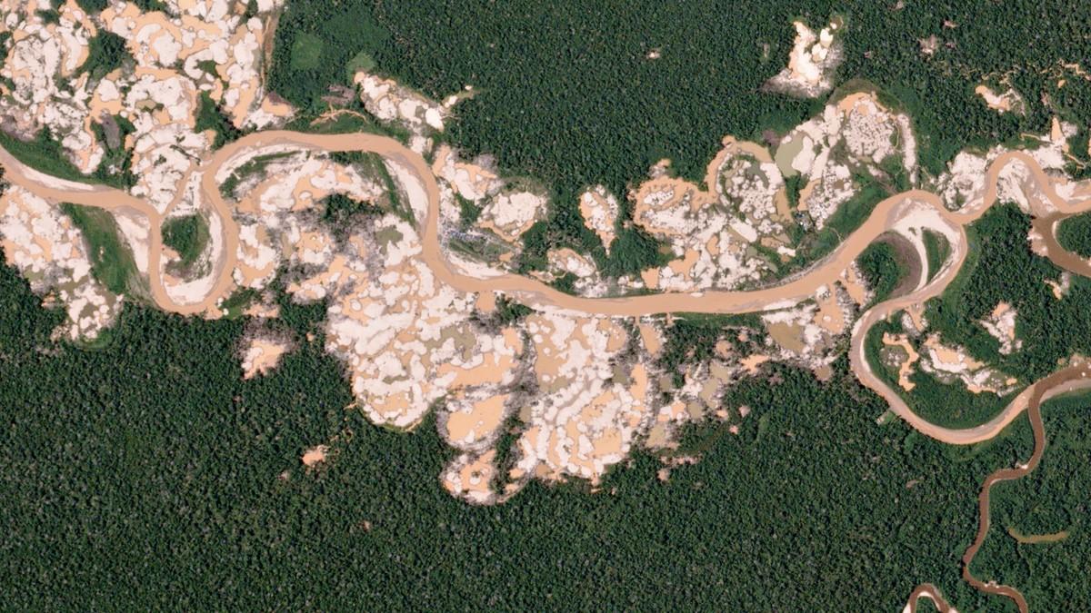 Et detaljert satellittbilde viser hvordan gruvedrift har ført til avskoging i Peru. Bildet er tatt i 2016.