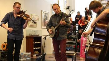 Kontorkonsert med Gammalgrass i Eidsvoll rådhus tirsdag 23. oktober. Gammalgrass består av Stian Carstensen (trekkspill/banjo), Ola Kvernberg (fiolin/bratsj) og Ole Morten Waagan (kontrabass).