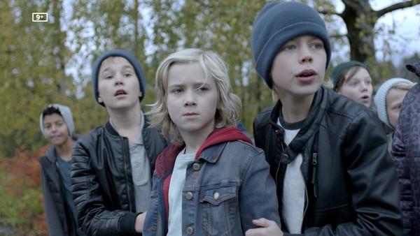 Norsk dramaserie. (1:13)   Lars er halvt levende ulevende. Han flytter til Bekkebakken, et sted hvor fremmede som han ikke er velkommen.