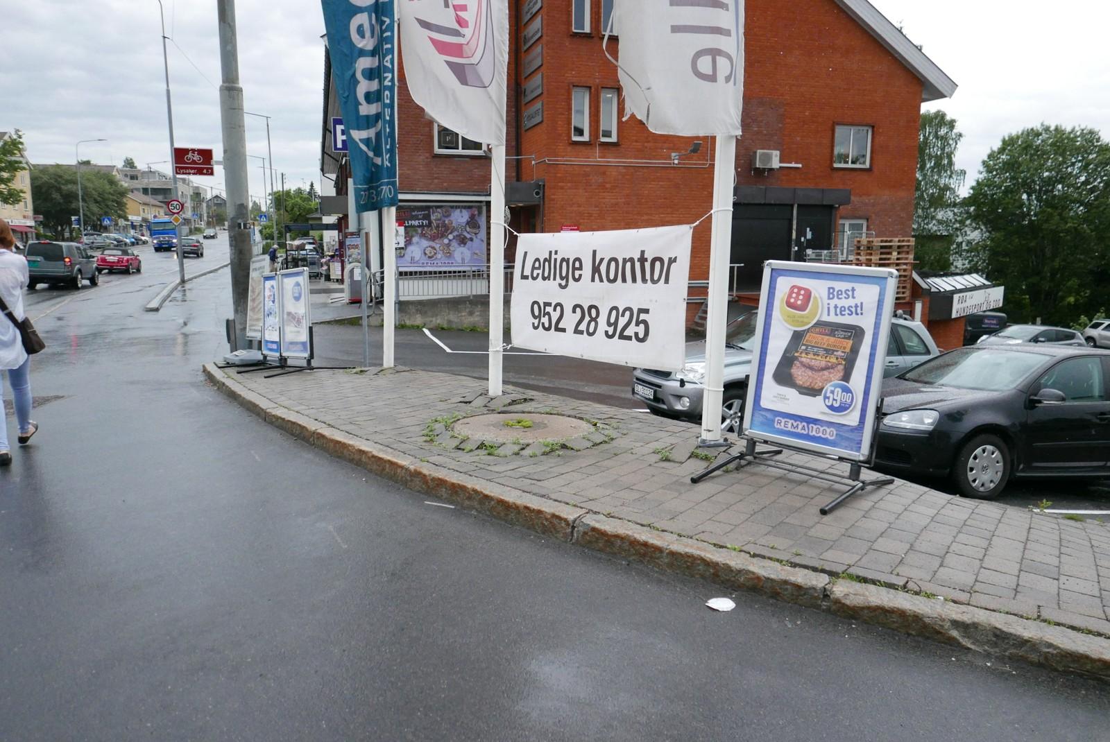 Regelverket sier at reklamebukker og andre salgsgjenstander kan stå èn meter fra butikkveggen. All annen plassering strider mot regelverket.