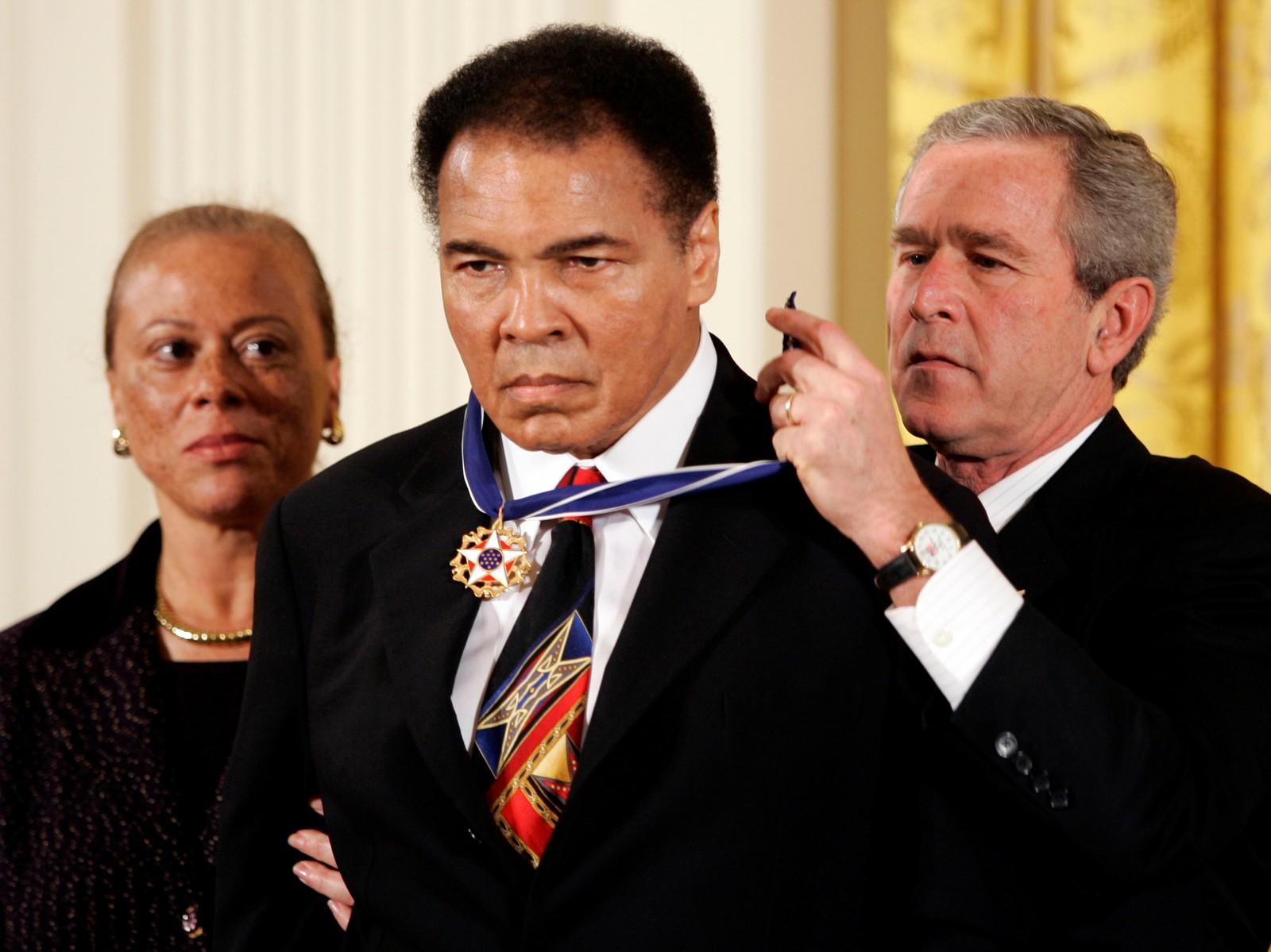USAs president George W. Bush dekorerer bokselegenden Muhammad Ali med Presidential Medal of Freedom. Alis kone Lonnie står ved Alis side, under en seremoni i East Room i Det hvite hus i Washington 09.11.2005.