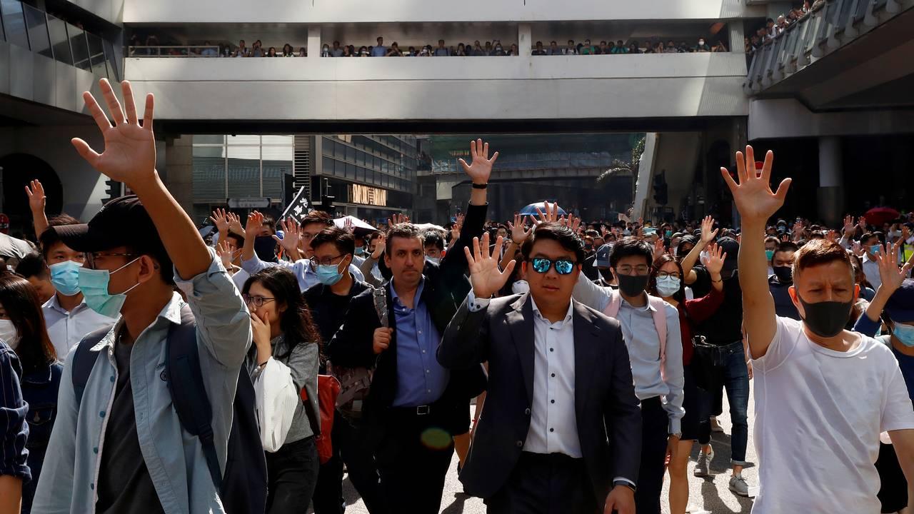 Folk i Hong Kong viser sin sympati med demonstrantene morgenen mandag 11. november 2019.