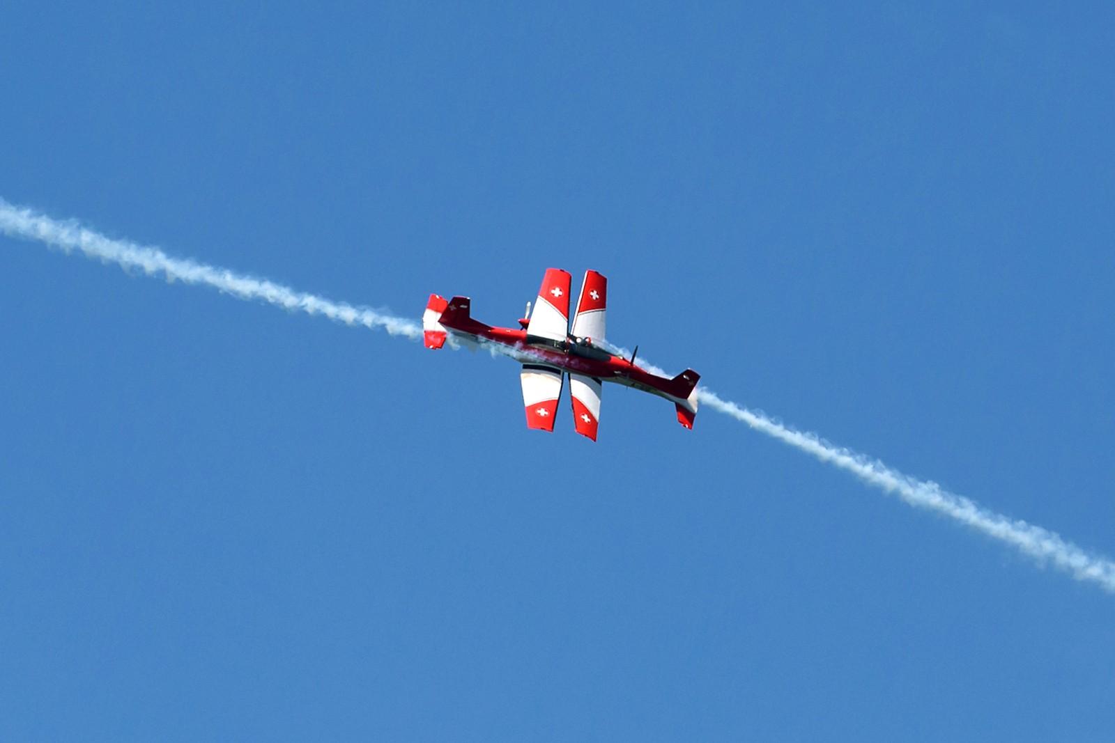 Luftakrobater, som tilhører det sveitsiske flyvåpenet, krysser hverandre under en oppvisning før finalen i tennisturneringen Swiss Open. Flyene er av typen Pilatus PC-7.