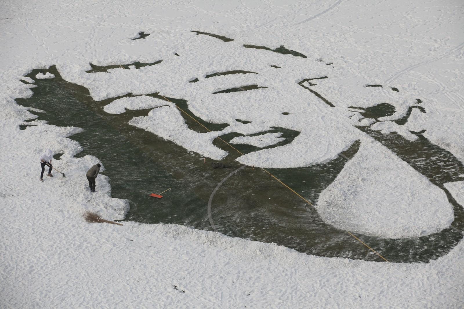 Universitetsstudenter i Changchun i Kina tryllet frem et stort Marilyn Monroe-portrett etter litt kunstnerisk snørydding.