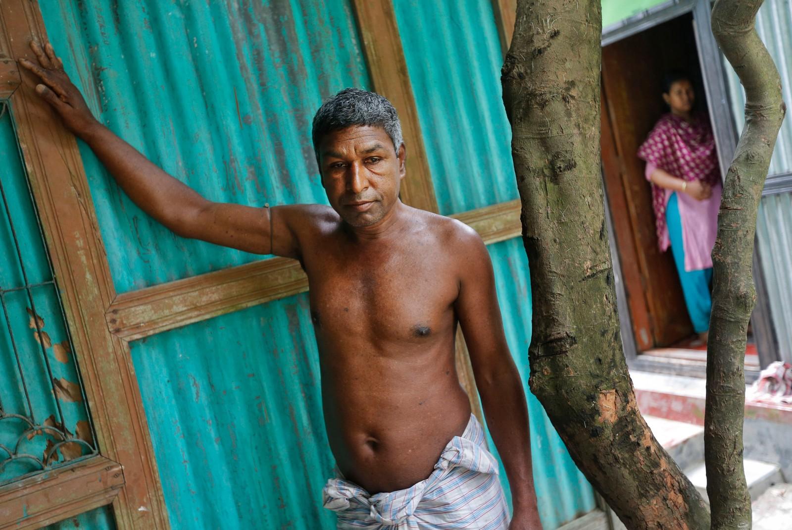 Shukkur Ali står ved inngangen til hjemmet sitt i Sonargaon rett utenfor hovedstaden Dhaka i Bangladesh. Han har i flere år drukket arsenikkforgiftet vann.