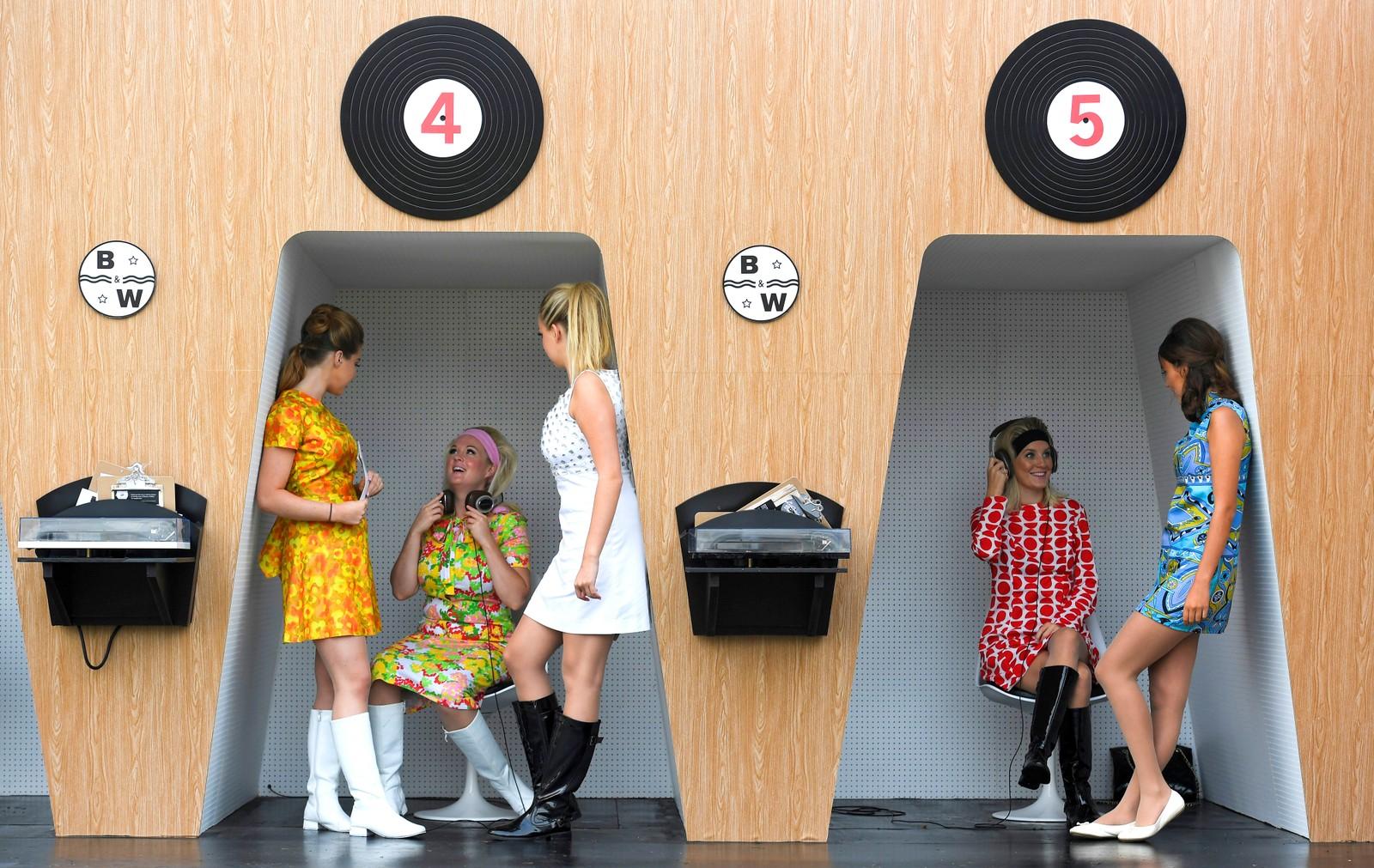 Omtrent 150.000 bilentusiaster møtte opp under den årlige historiske bilfestivalen Goodwood Revival for å feire ikoniske biler fra midten av forrige århundre. De fleste som møter opp kler seg i antrekk fra den samme perioden. Festivalen holdes i ved Chichester i England. Bildet er tatt den 9. september.