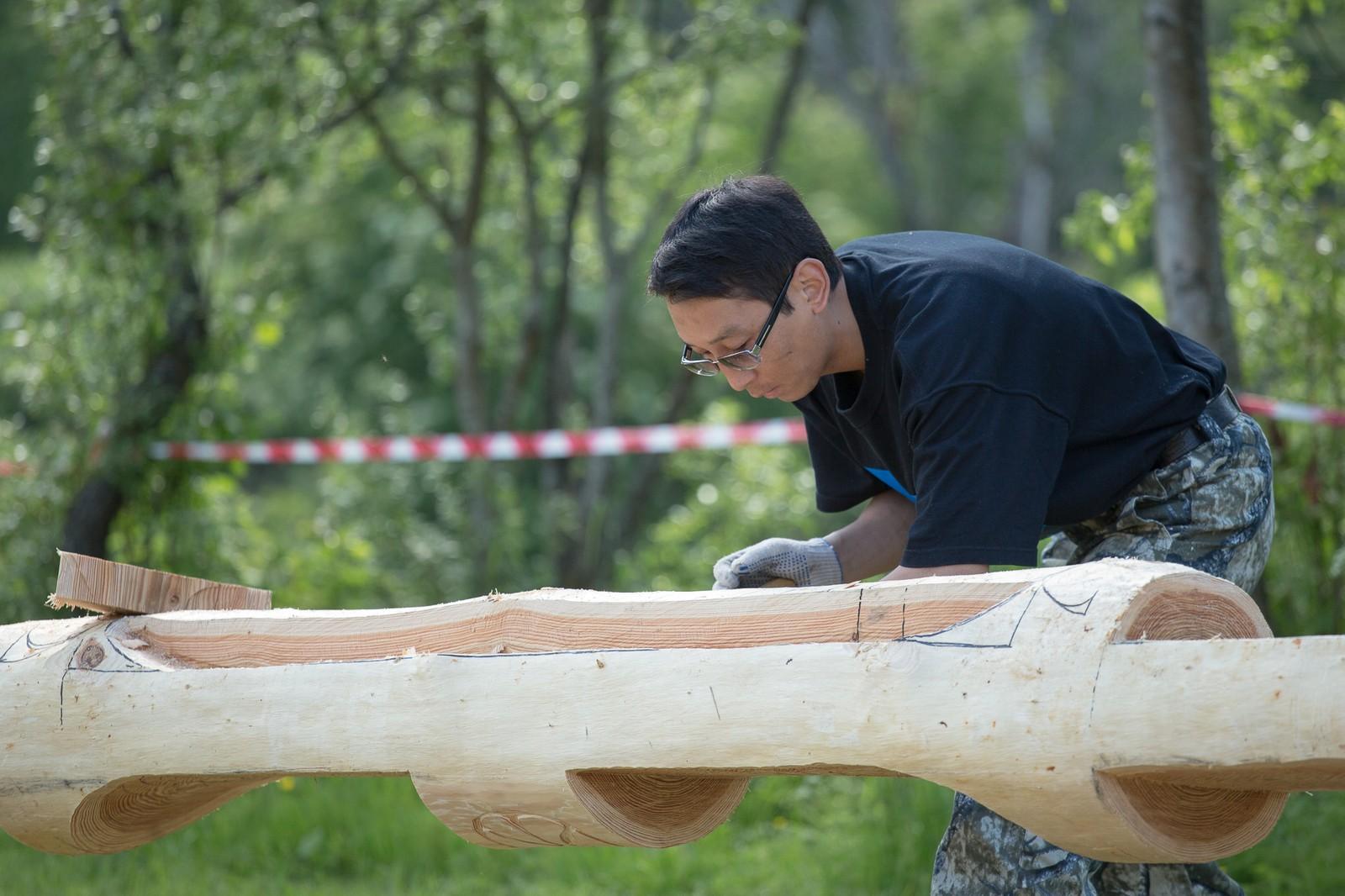Deltakere som har reist helt fra Russland er i gang med å bygge en totempæl til Riddu-festivalen.
