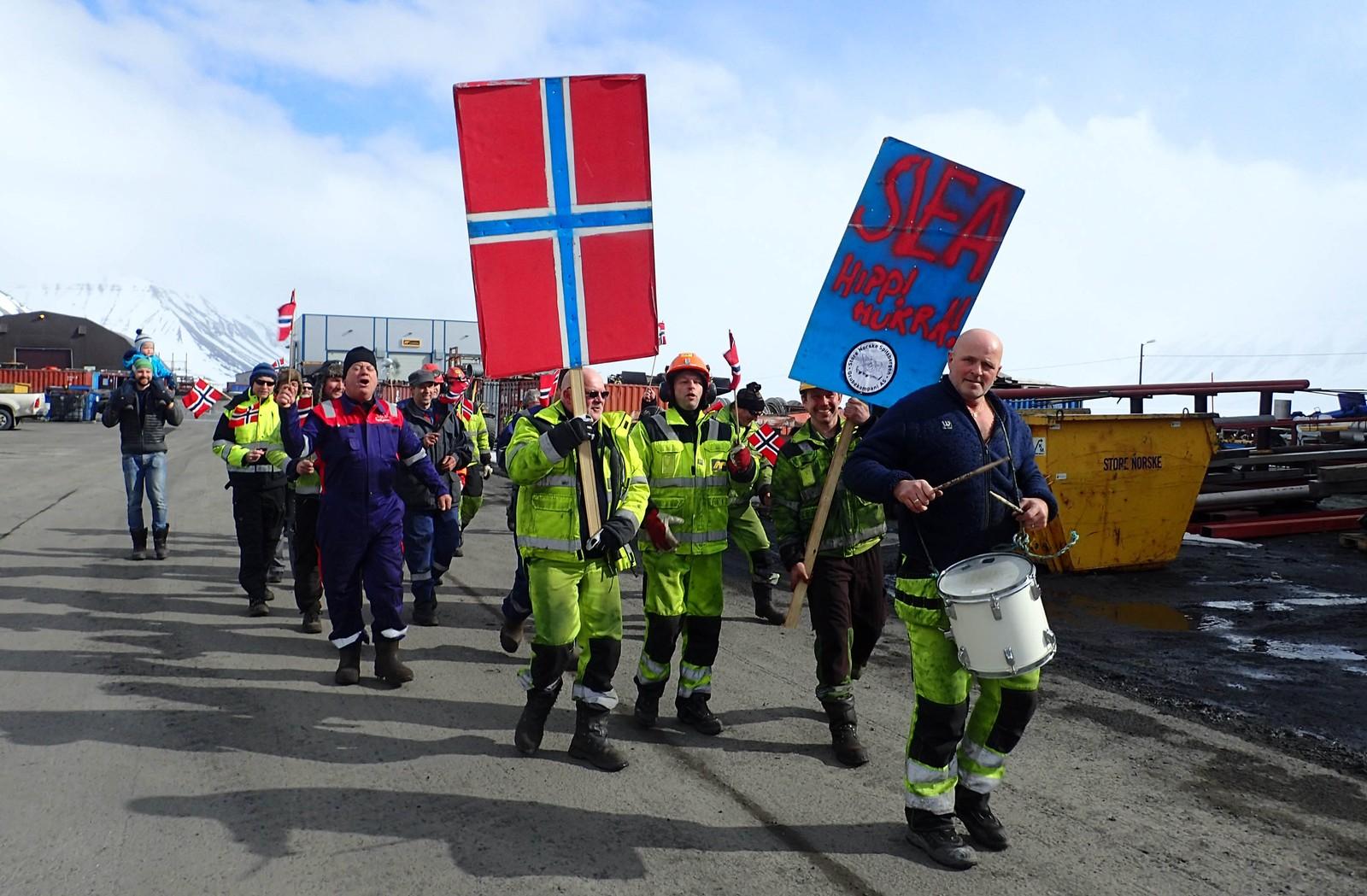 Arbeiderne i gruvesamfunnet Svea på Svalbard gikk også i borgertog i formiddag. – Vi er i dag 42 personer på jobb i Sveagruva, og mer enn 30 stilte opp for en times pause i arbeidsdagen med borgertog og pølsegrilling. Gratulerer med dagen fra nord, skriver Linda Bakken, operativ leder AFIS i Store Norske Spitsbergen Kulkompani, om dette bildet.