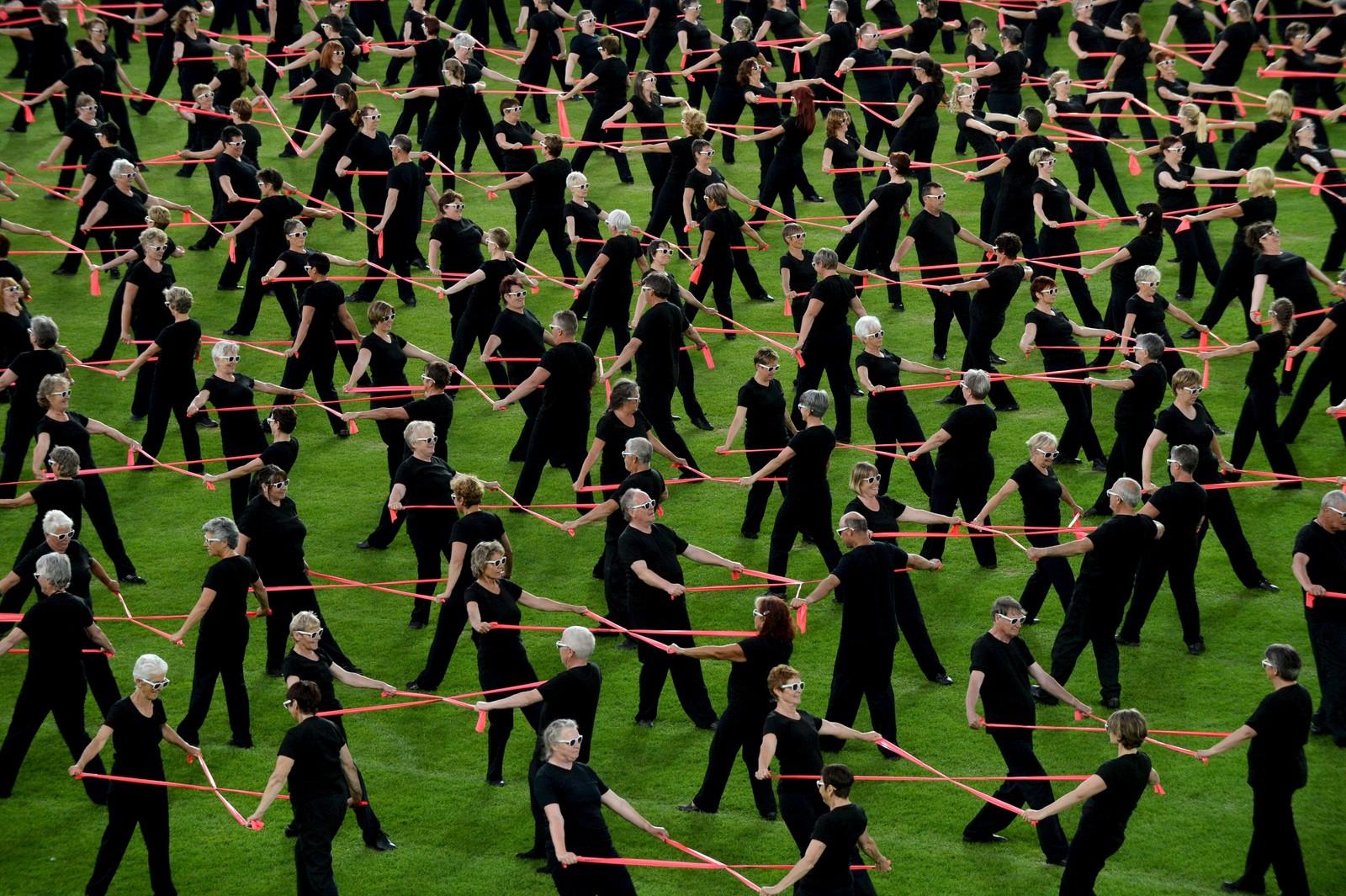 """Gymnastikk står på planen i Helsinki, Finland, denne uka. Her ser vi sveitsiske deltagere framføre """"Let's Move Together""""."""