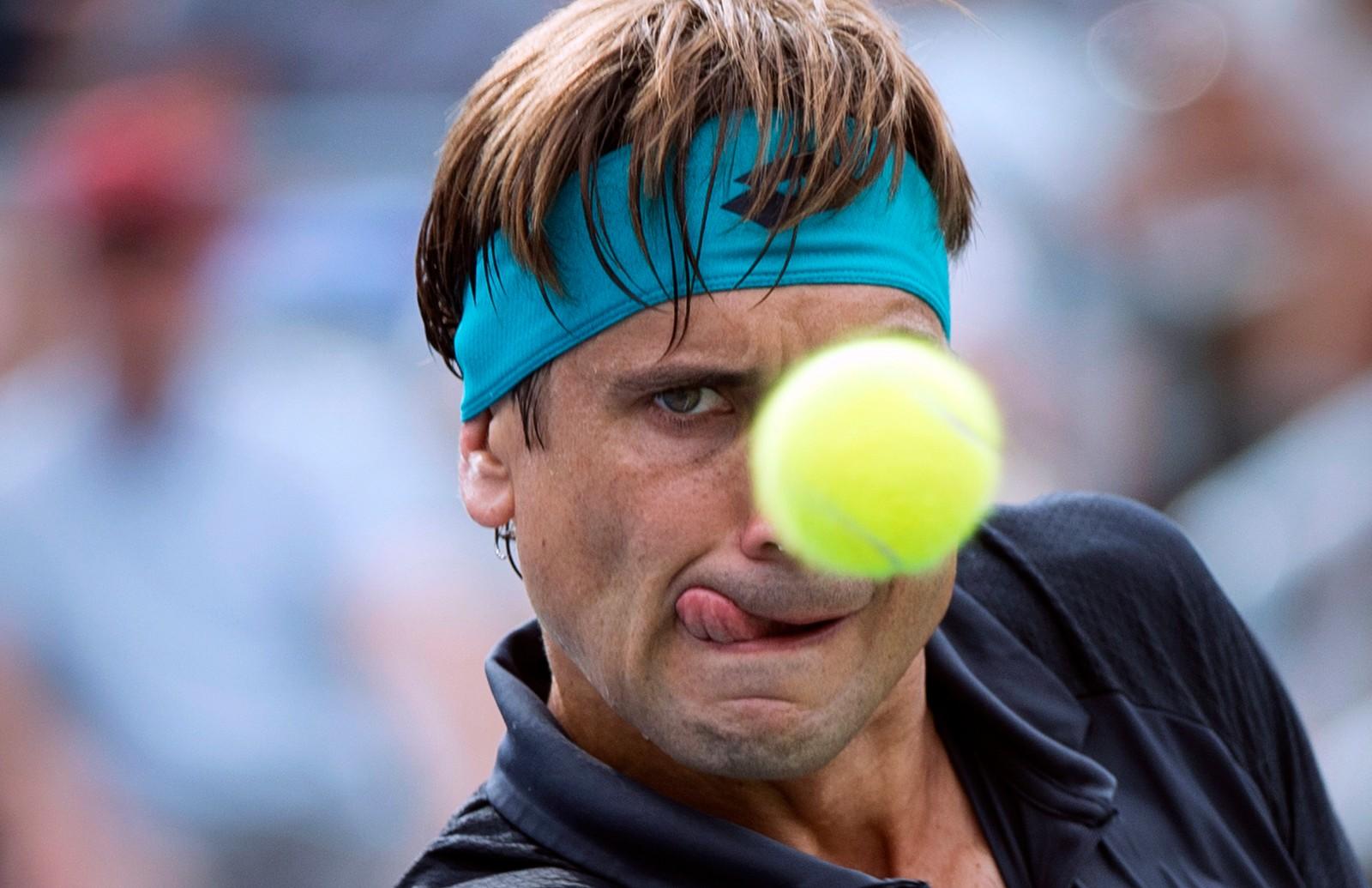 David Ferrer fra Spania i full konsentrasjon under tenniskampen mot Roger Federer i Rogers Cup i Montreal i Canada torsdag. Federer, som fylte 36 år samme dag, vant til slutt 4-6, 6-4, 6-2, og gikk videre til kvartfinalen.