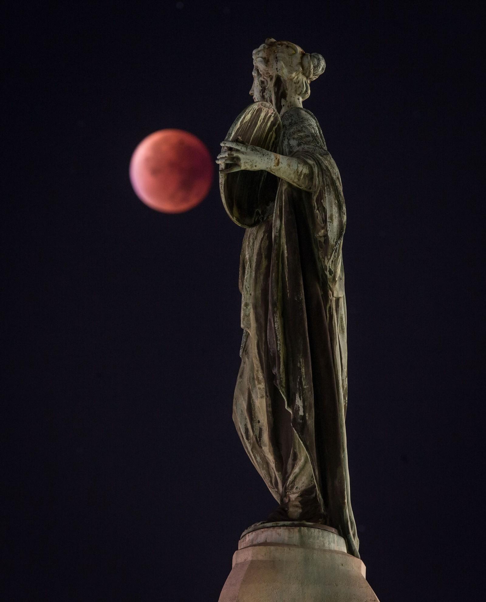 Supermånen 28. september fotografert sammen med en statue i Frankfurt i Tyskland. En natt da fullmånen var uvanlig nær jorda samtidig med en total måneformørkelse. For første gang siden 1982 var det både blodmåne og supermåne samtidig.