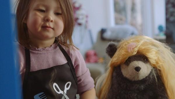 Norsk dramaserie. Frisørsalongen. Jenny vil       ikke at mamma skal gre ut floken hun har i       håret, for hun er redd det skal gjøre vondt.