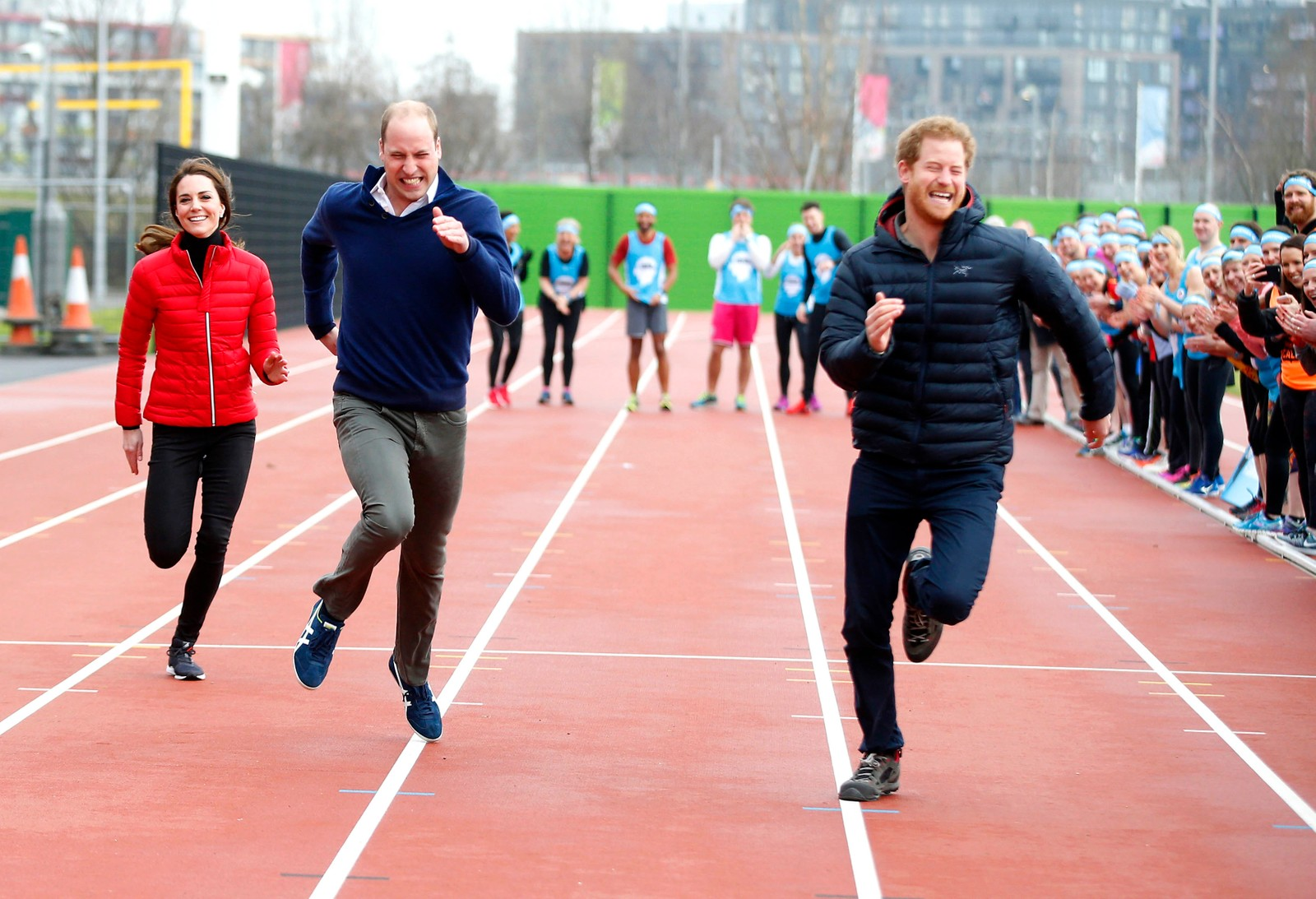 Kate Middleton, prins William og prins Harry er med på en stafett for å støtte den veldedige organisasjonen Heads Togeher. Organisasjonen jobber for å fjerne stigmaet forbundet med det å ha psykiske lidelser slik at flere søker hjelp.
