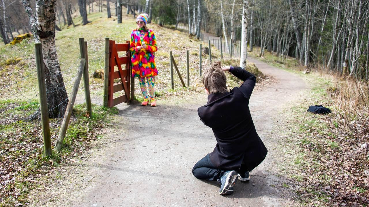 Hanne Breivik blir tatt bilde av