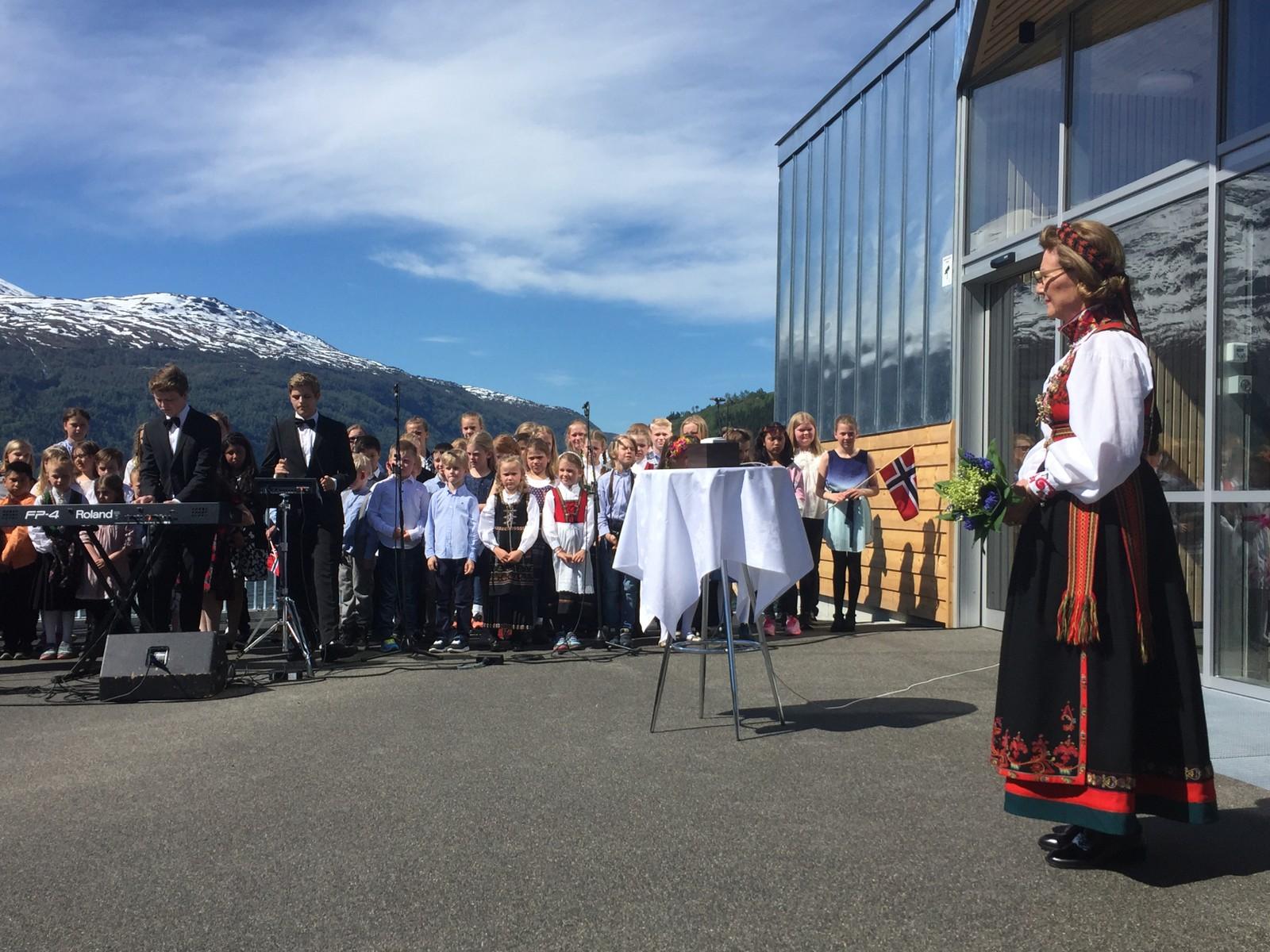 SKUELYSTNE: Mange hadde møtt opp ved Fjordstasjonen i Loen for å sjå den offisielle opninga av Loen Skylift.
